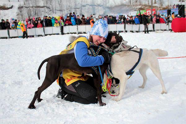 На фото участница гонки Ксения Касаткина в шапке